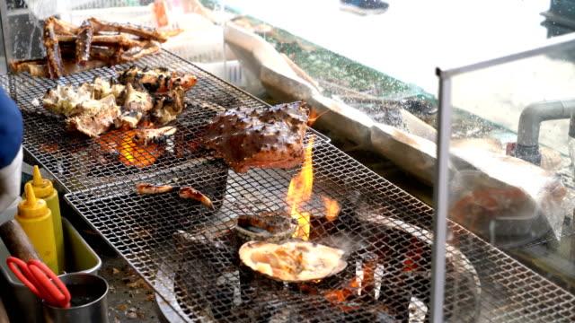 日本のストリート フード マーケットでシーフードのグリル - 高級料理点の映像素材/bロール