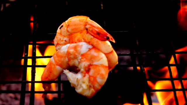 Gegrillte Garnelen in Feuer-Slow-motion – Video
