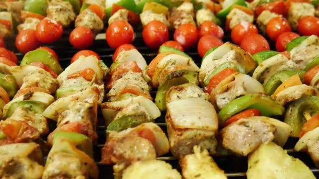 grillowane pręty z mięsa i warzyw - płyta do pieczenia filmów i materiałów b-roll