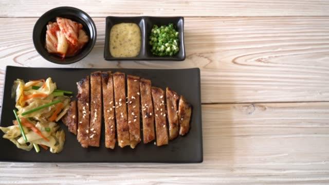 vídeos de stock e filmes b-roll de grilled sliced pork steak with vegetable - crucíferas