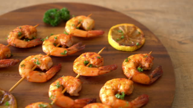 grilled tiger shrimps skewers with lemon - aglio alliacee video stock e b–roll
