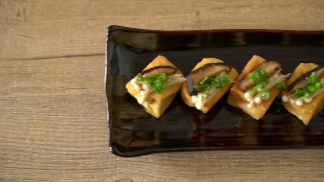 vídeos de stock, filmes e b-roll de tofu grelhado com cogumelo shitake e cogumelo de agulha dourada - assado no forno