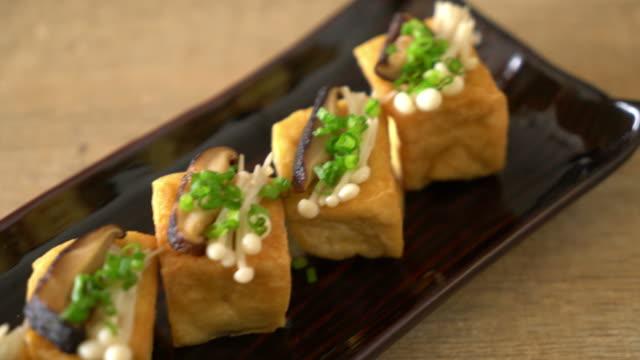vídeos y material grabado en eventos de stock de tofu a la plancha con hongos shitake y setas de la aguja de oro - vegana