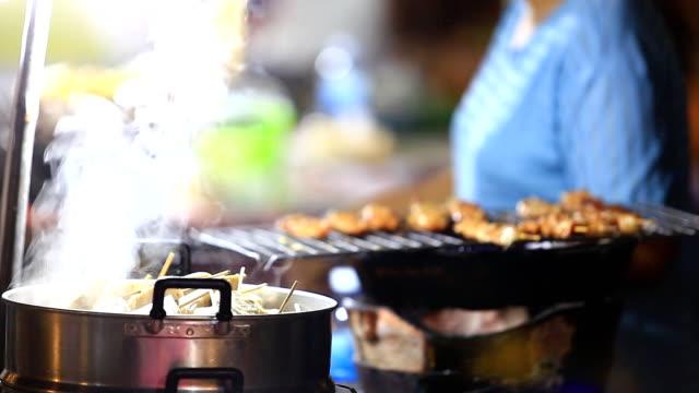 vídeos de stock e filmes b-roll de grilling carne - produto de carne