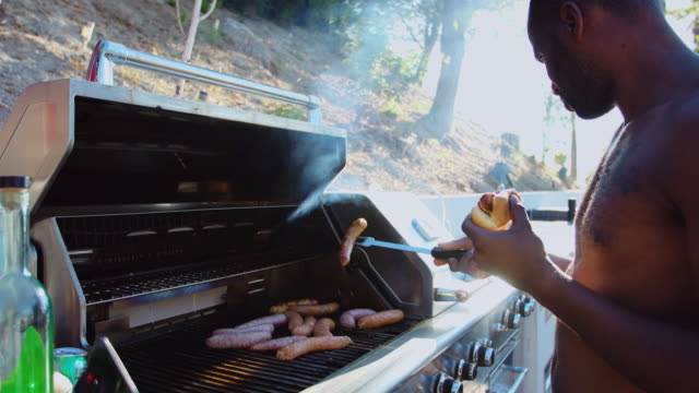 Grilling Sausages on Backyard BBQ Grill - vídeo