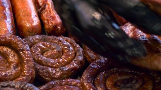 grillen sie auf der barbecue-grill wurst - wurst stock-videos und b-roll-filmmaterial