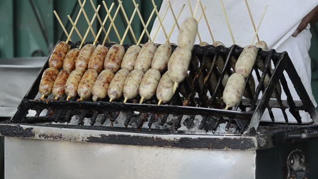 grillowanie kiełbasy na ulicy tajlandii - tajska kuchnia filmów i materiałów b-roll