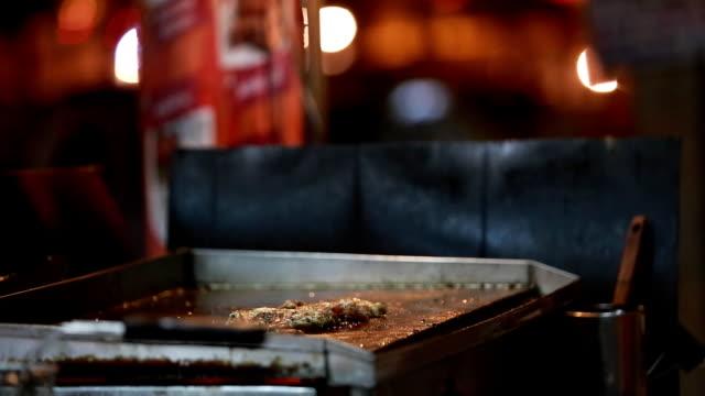 vídeos de stock e filmes b-roll de grilling de bifes - produto de carne