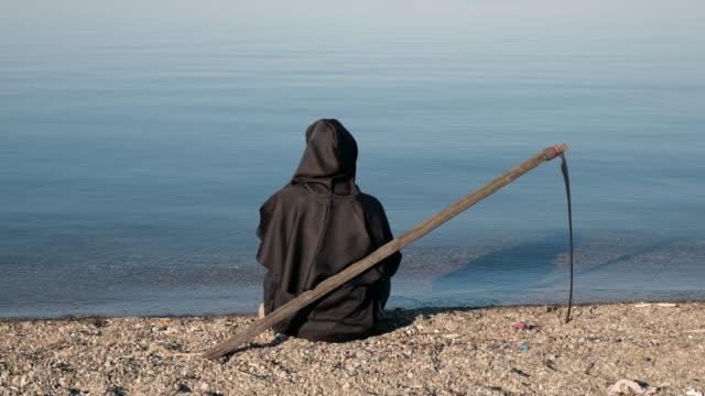 grim reaper sitter vid sjön och dricka kaffe - coffe with death bildbanksvideor och videomaterial från bakom kulisserna