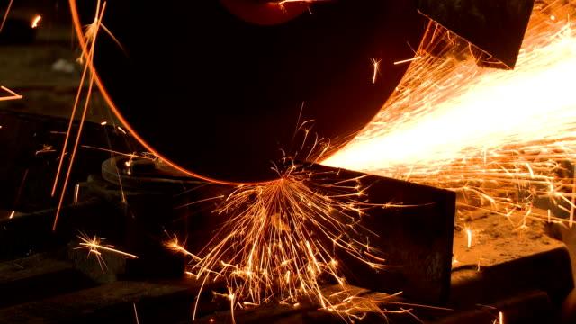 schleifmaschine schneiden steel - kreissäge stock-videos und b-roll-filmmaterial
