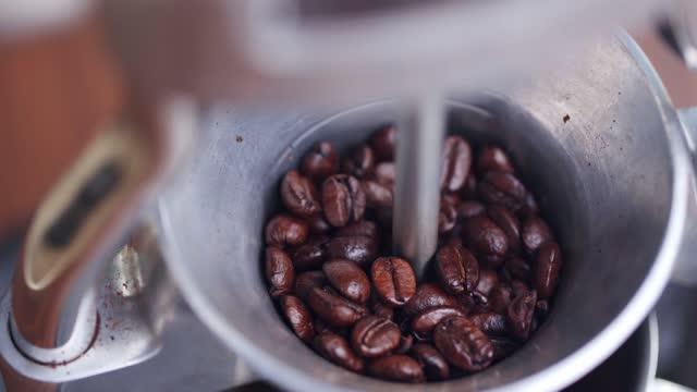 malning kaffebönor - mala bildbanksvideor och videomaterial från bakom kulisserna