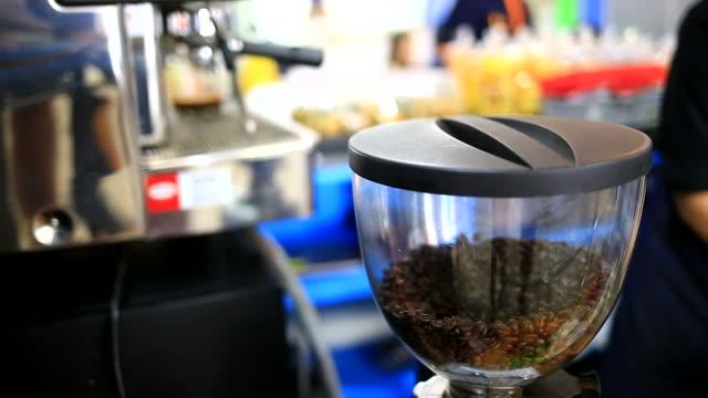 effetto consumato chicchi di caffè - argento metallo caffettiera video stock e b–roll