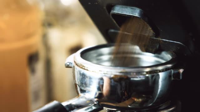 frischen kaffee mahlen - barista stock-videos und b-roll-filmmaterial
