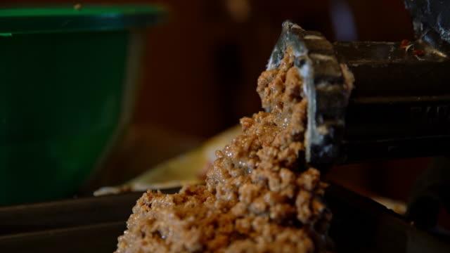vídeos de stock e filmes b-roll de cu grinding meat - produto de carne