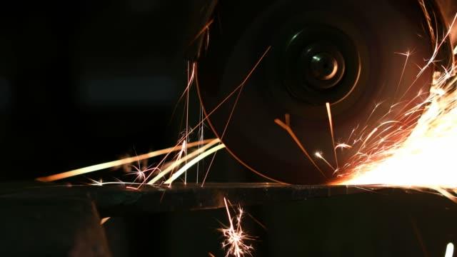 schleifen von metallteil mit kreissäge - kreissäge stock-videos und b-roll-filmmaterial