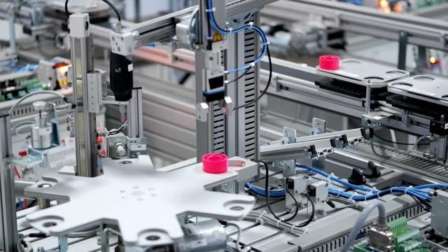 駅でそれを処理するために、自動化された車から製品をピックアップするグリッパー - センサー点の映像素材/bロール