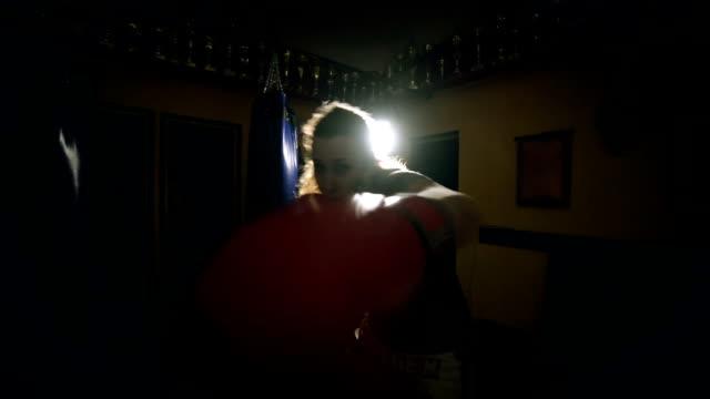 gritty women - sacco per il pugilato video stock e b–roll