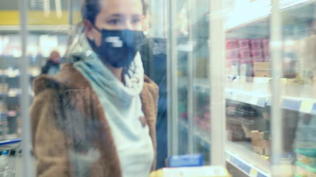 lebensmittel während covid-19 - supermarkt einkäufe stock-videos und b-roll-filmmaterial