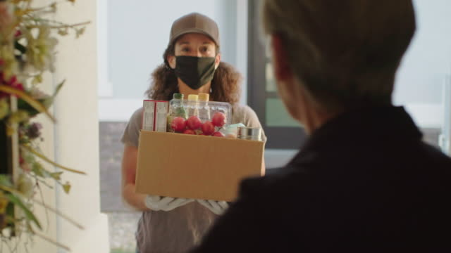 grocery delivery person - mask стоковые видео и кадры b-roll