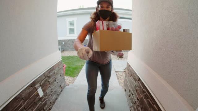persona di consegna di generi alimentari - grocery home video stock e b–roll