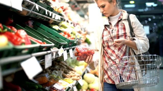 grocery shopping - томат овощ стоковые видео и кадры b-roll