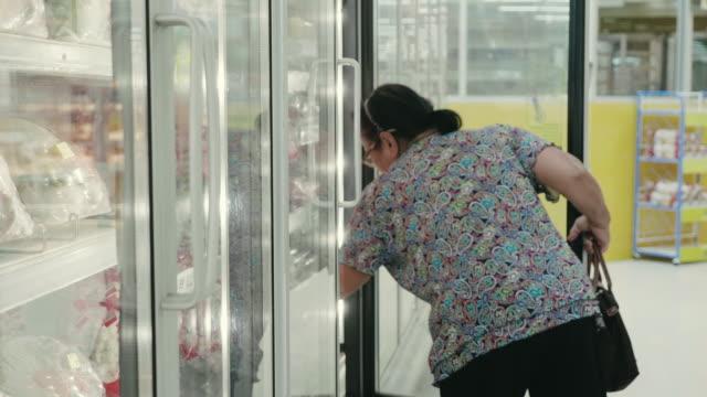 grocery shopping - замороженные продукты стоковые видео и кадры b-roll