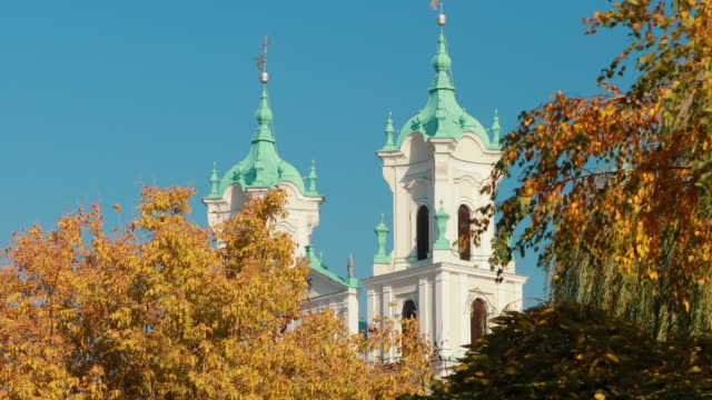 grodno, beyaz rusya. sonbahar güneşli günü'nde st francis xavier katedrali - pope francis stok videoları ve detay görüntü çekimi