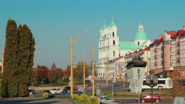grodno, beyaz rusya. st. francis xavier katedrali. güneşli günde trafik - pope francis stok videoları ve detay görüntü çekimi