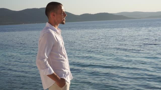 groom by lake - riva dell'acqua video stock e b–roll