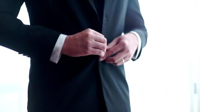 brudgummen i svart kostym med knäppning hans jacka. - skräddare bildbanksvideor och videomaterial från bakom kulisserna