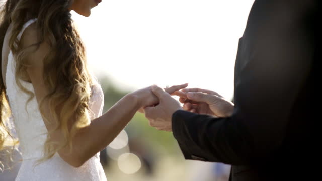 vídeos de stock, filmes e b-roll de noivo colocar o anel no dedo da noiva - rústico
