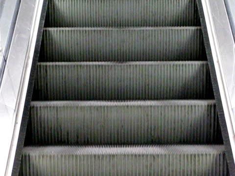 грос-план sur оон escalier mécanique - элемент здания стоковые видео и кадры b-roll