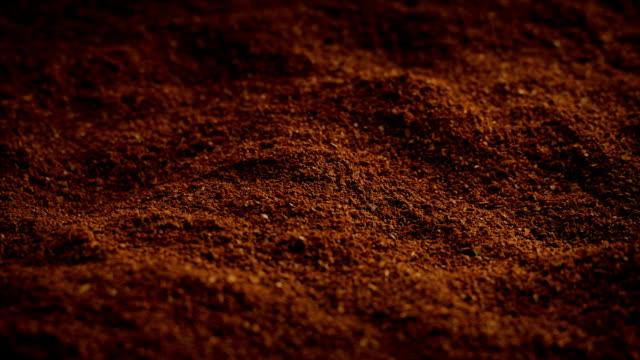 gemahlener kaffee drehen - gemahlen stock-videos und b-roll-filmmaterial