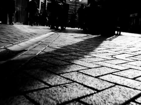 spacerem ulicy groundlevel - ludzka kończyna filmów i materiałów b-roll