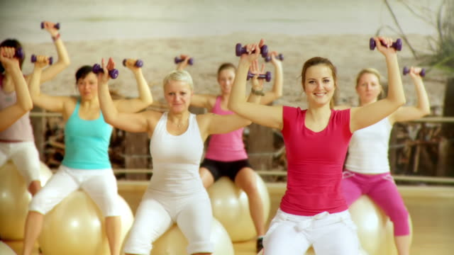 dolly hd: gruppe übung - fitnesskurs stock-videos und b-roll-filmmaterial