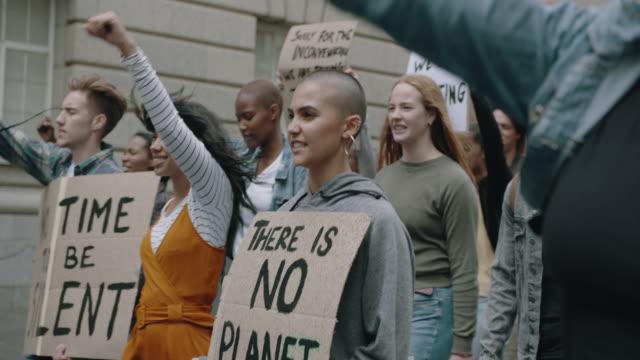 vidéos et rushes de groupe d'activistes protestant pour sauver la terre - culture des jeunes