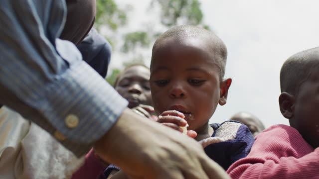 группа африканских детей, питаясь - голодный стоковые видео и кадры b-roll