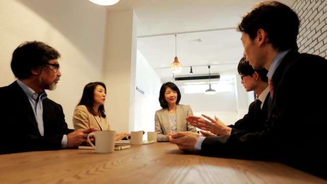 会議を持つアジアのビジネス人々 のグループ - ビジネスマン 日本人点の映像素材/bロール