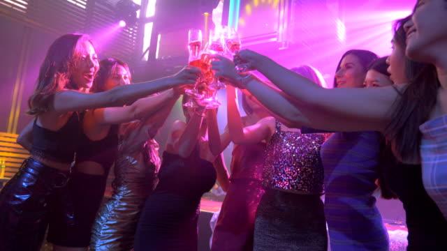 ナイトパーティーを楽しむアジアのダンスの友人のグループ - 美人点の映像素材/bロール