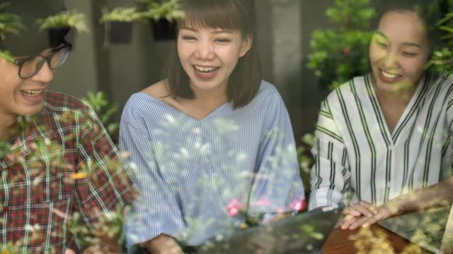 一緒に笑ってアジアの友人のグループ ビデオ