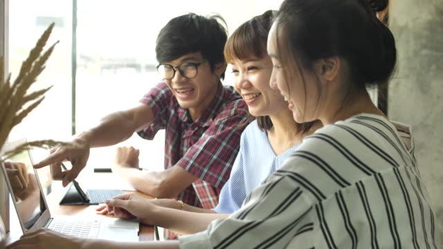 一緒に笑ってアジアの友人のグループ - ストリートファッション点の映像素材/bロール