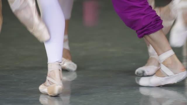 gruppe von balletttänzern, die einen tanz in zeitlupe aufführen - ballettschuh stock-videos und b-roll-filmmaterial