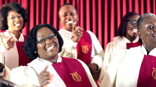 stockvideo's en b-roll-footage met groep van zwarte mannen en vrouwen in het kerkkoor zingen - kerk