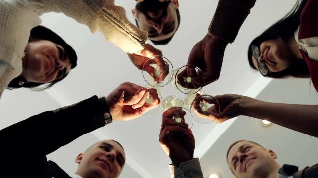 vídeos de stock, filmes e b-roll de um grupo de negócios parceiros tilintar de copos com champanhe no escritório. - festa da empresa