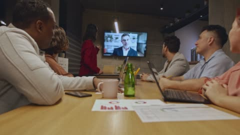 gruppo di uomini d'affari che hanno una videoconferenza - abbigliamento casual video stock e b–roll