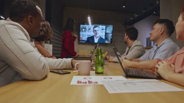 화상 회의를 하는 비즈니스 사람들의 그룹 - 캐쥬얼 의류 스톡 비디오 및 b-롤 화면