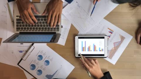 vidéos et rushes de groupe d'affaires personnes travaillant avec les statistiques - analyser