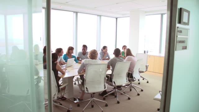 gruppe der geschäftsleute haben treffen um den tisch im tagungsraum - konferenzraum videos stock-videos und b-roll-filmmaterial