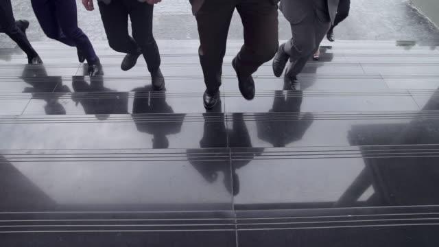 stockvideo's en b-roll-footage met groep van ondernemers actief samen in race mededinging, teamwork concepten. verkoop man gevraagd om daar te werken. - competitie