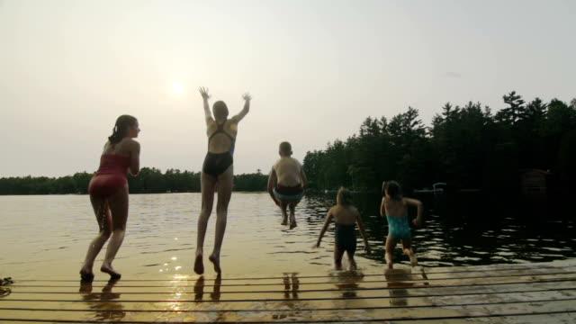 vídeos de stock e filmes b-roll de grupo de crianças com cama de ancoragem - swim arms